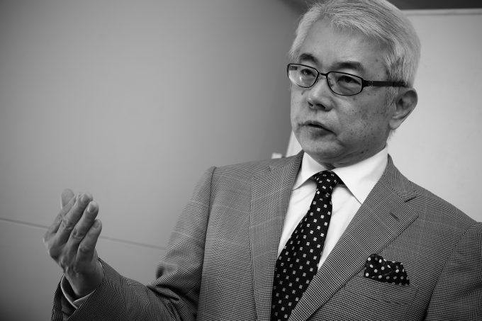 海江田 講演風景モノクロ